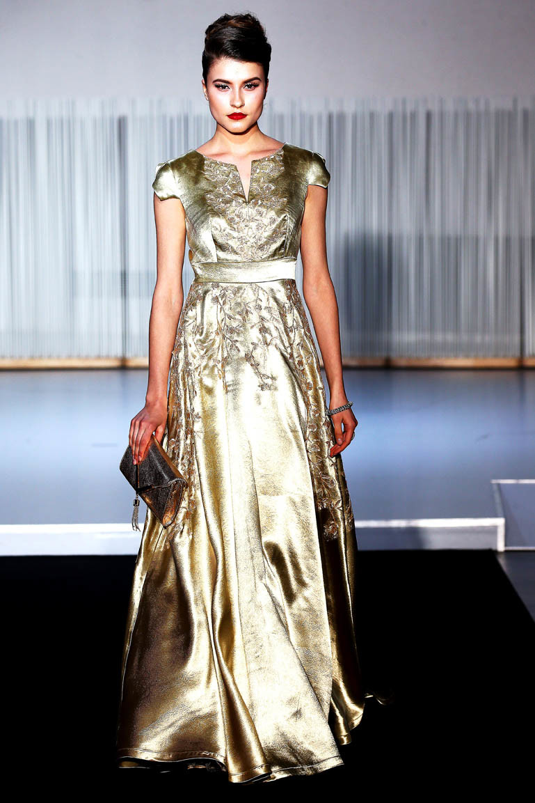 Christophe Guillarme - Defile Collection Automne-Hiver 2017-2018 - Diva Maria - L Atelier Renault - PFW - look 19 - longue robe en satin champagne rebrodee au fil dor  - champagne silk satin long dress embroidered with golden thread - Tatiana - joaillerie Neuhaus - escarpin Carmen Steffens - coiffure Haute Coiffure Francaise Francis L Rhod - maquillage Make Up For Ever